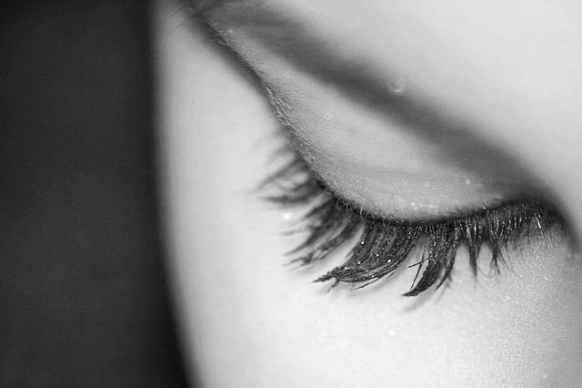 zavřené oko ženy