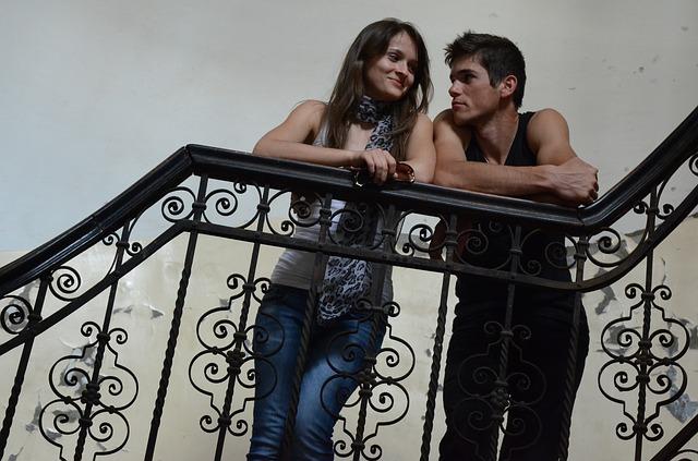 pár na schodišti