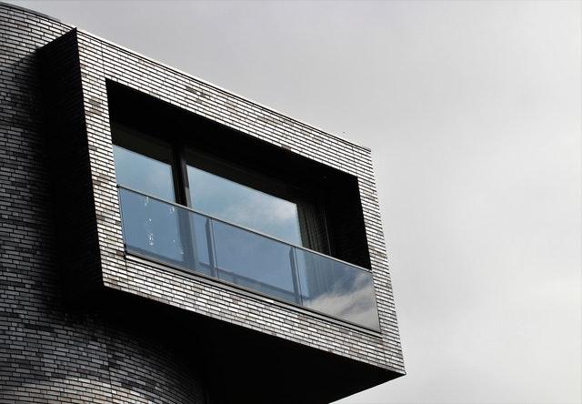 Balkón so skleneným zábradlím.jpg