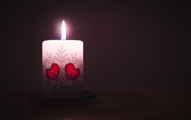 horiaca sviečka so srdiečkami.jpg