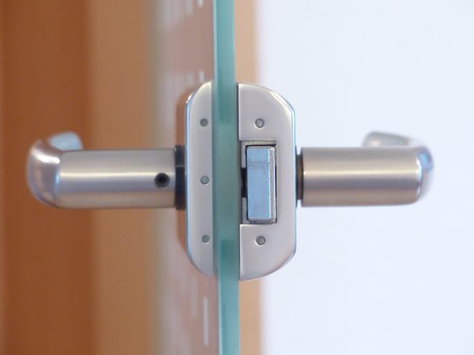 Otvorené sklenené dvere z profilu.jpg