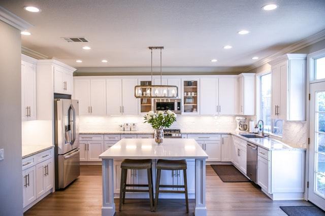 Biela kuchyňa s exteriérovými sklenenými dverami.jpg