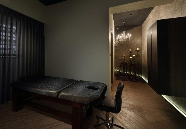 Čierne masážne kreslo v masážnom salóne