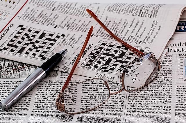 noviny, krížovky a okuliare.jpg