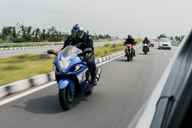 Cestní motorkári, traja jazdci na motorke za sebou