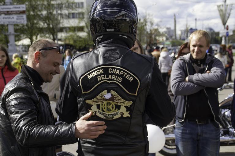Motorkári, zraz, kožená bunda, čierna moto prilba