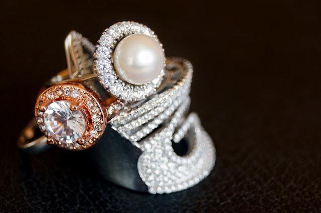 zdobené drahé šperky