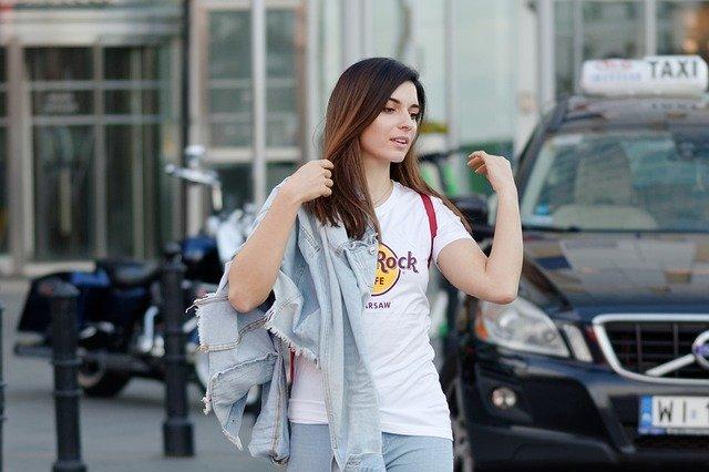 Žena s bielym tričkom Rock Cafe.jpg