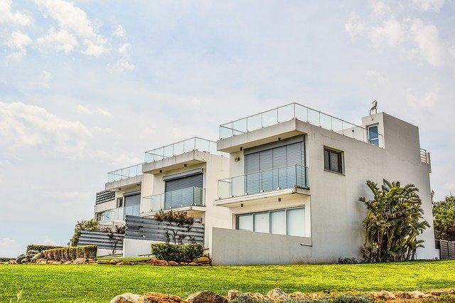 Rodinný dom so sklenenými zábradliami na terasách.jpg