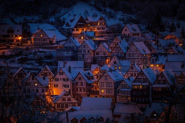 Veľa malých domčekov na hromade, v ktorých je zapálené svetlo.jpg