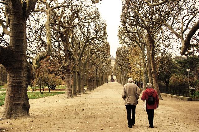 Seniori na prechádzke.jpg